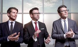 Grupo de hombres de negocios que aplauden foto de archivo