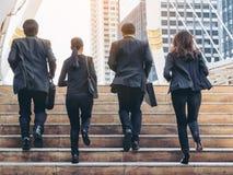 Grupo de hombres de negocios que corren en fila imagen de archivo libre de regalías