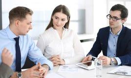 Grupo de hombres de negocios que discuten preguntas en el encuentro en oficina moderna Encargados en la negociaci?n o el intercam fotos de archivo libres de regalías