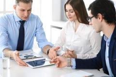 Grupo de hombres de negocios que discuten preguntas en el encuentro en oficina moderna Encargados en la negociaci?n o el intercam fotografía de archivo