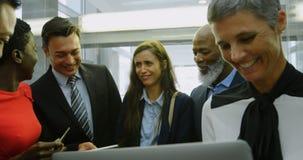 Grupo de hombres de negocios que hablan en el elevador en la oficina 4k metrajes