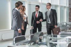 Grupo de hombres de negocios que se colocan en la oficina foto de archivo libre de regalías