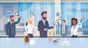Grupo de hombres de negocios que sostienen la lupa que trabaja en el concepto moderno Team Of Businessmen And Businesswomen de la libre illustration
