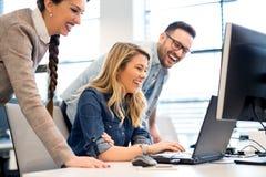 Grupo de hombres de negocios y de desarrolladores de software que trabajan en equipo en oficina imagen de archivo libre de regalías
