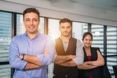 Grupo de hombres de negocios y de personal felices en oficina moderna, compa??a de la compa??a del representig Foco selectivo fotografía de archivo