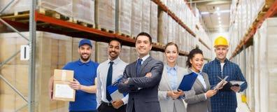 Grupo de hombres de negocios y de trabajadores del almac?n imagenes de archivo