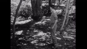 Grupo de hombres que corren a través del bosque almacen de metraje de vídeo
