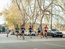grupo de hombres que funcionan con las calles de Roma durante el maratón de Roma fotos de archivo