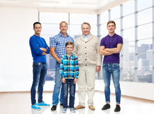 Grupo de hombres y de muchacho sonrientes Fotografía de archivo libre de regalías