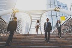 Grupo de homem de negócios seguro que vai para baixo e que anda em escadas, Fotografia de Stock Royalty Free