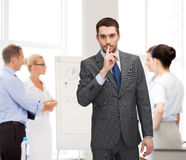 Grupo de homens de negócios que fazem o sinal do silêncio Imagens de Stock