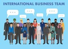Grupo de homens e de mulheres de negócio que estão junto e bolha do discurso no estilo liso Conceito da equipe e dos trabalhos de Imagens de Stock Royalty Free