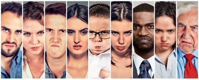 Grupo de homens e de mulheres mal-humorados irritados dos povos foto de stock