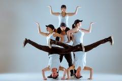 Grupo de homens e de mulheres que dançam a coreografia do hip-hop fotos de stock royalty free