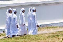 Grupo de homens muçulmanos novos na túnica branca Imagens de Stock