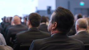 Grupo de homens de negócios no auditório para a cooperação vídeos de arquivo