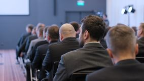 Grupo de homens de negócios no auditório para a cooperação video estoque