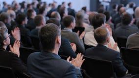 Grupo de homens de negócios que aplaudem no auditório vídeos de arquivo