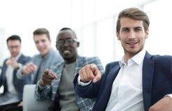 Grupo de homens novos bem sucedidos que apontam seus dedos em você Imagens de Stock