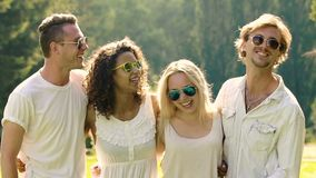 Grupo de homens novos felizes e de mulheres que dançam e que cantam, estudantes que apreciam o verão video estoque