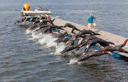 Grupo de homens que saltam na água Fotos de Stock Royalty Free