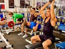 Grupo de homens que trabalham seu corpo no gym Fotografia de Stock Royalty Free