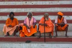 Grupo de homens santamente de Sadhu nos ghats do rio de Ganga foto de stock