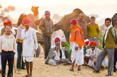 Grupo de homens tribais do nômada no camelo justo, Rajasthan de Pushkar, Índia Imagens de Stock Royalty Free