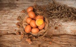 Grupo de huevos crudos en el paño del cáñamo, estilo del primer del vintage fotos de archivo