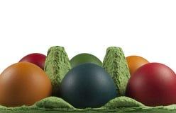 Grupo de huevos de Pascua coloreados en el portador del huevo Imágenes de archivo libres de regalías