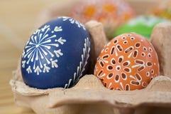 Grupo de huevos de Pascua pintados en huevo-caja de la cartulina, celebración de la caza del huevo de Pascua, aún vida colorida e Foto de archivo libre de regalías