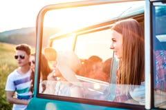 Grupo de inconformistas adolescentes en un roadtrip, campervan Imagen de archivo