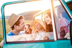 Grupo de inconformistas adolescentes en un roadtrip, campervan Foto de archivo