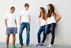 Grupo de indivíduos e de meninas na rua Fotografia de Stock Royalty Free