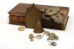 Grupo de jóia e de moedas antigas Imagem de Stock