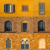Grupo de janelas de construções velhas em Florença fotografia de stock royalty free