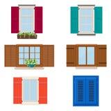 Grupo de janelas diferentes coloridas abertas com obturadores e flores Imagem de Stock Royalty Free
