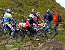 Grupo de jinetes de ensayo de la motocicleta con la audiencia Foto de archivo libre de regalías