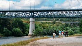 Grupo de jinetes en una manguera a lo largo del terraplén del río Zezere, en Constancia, Portugal Fotografía de archivo