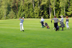 Grupo de jogadores de golfe no clube de Moscovo Imagem de Stock Royalty Free