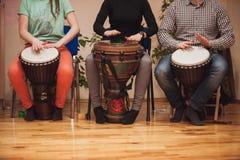 Grupo de jogo dos bateristas da moldura imagem de stock