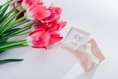 Grupo de joia da pérola na caixa de presente com flores Brincos e anel de prata com pérolas como um presente para o dia do ` s da Imagens de Stock Royalty Free