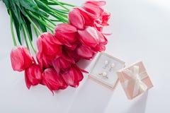 Grupo de joia da pérola na caixa de presente com flores Brincos e anel de prata com pérolas como um presente para o dia do ` s da Fotografia de Stock Royalty Free