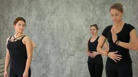 Grupo de jovem mulher que faz o exercício para respirar na classe da ioga imagens de stock