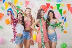 Grupo de jovens alegres que comemoram junto sobre o sim novo foto de stock royalty free