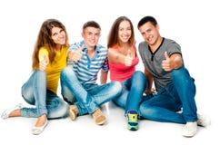 Grupo de jovens com polegares acima Fotos de Stock