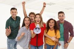 Grupo de jovens felizes com megafone imagens de stock