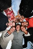 Grupo de jovens felizes no círculo Imagens de Stock Royalty Free