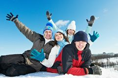 Grupo de jovens felizes no inverno Fotografia de Stock Royalty Free