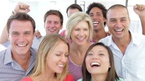 Grupo de jovens felizes que comemoram junto filme